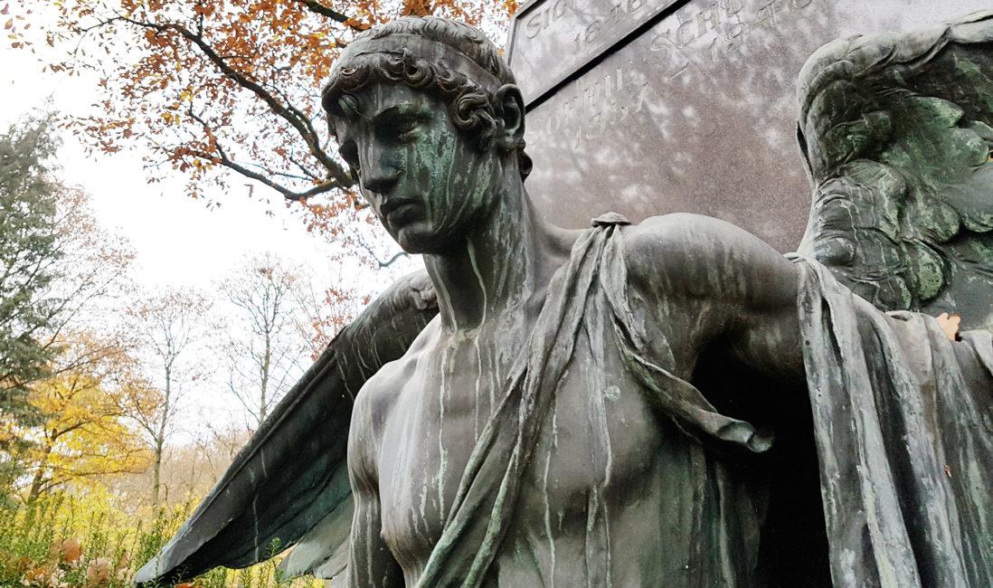 historisches Familiengrab Grabengel groß Bronze historisch Bildhauer Künstler Granitstele Nordfriedhof Wiesbaden