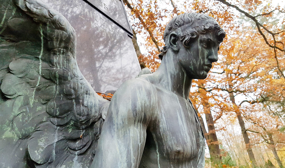 antiker Engel Familiengrabstelle altes Grab Bronzefigur Granitsäule schwarz Engelsflügel Steinmetz Wiesbaden Nordfriedhof