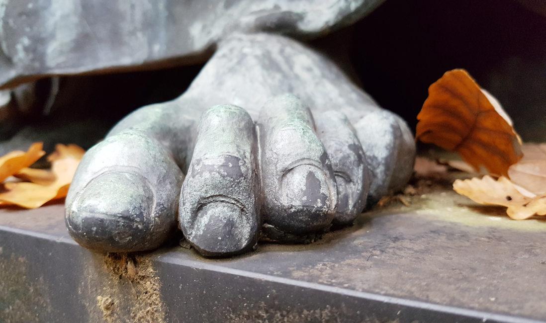 Familiengrabanlage Engel Bronze Fuß Zehen Detail Bildhauer Arbeit Gestaltung Idee Beispiel Nordfriedhof Wiesbaden