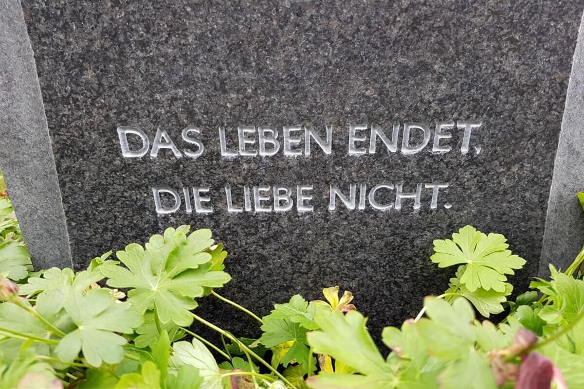 """Kurzer Grabsteinspruch """"Das Leben endet, die Liebe nicht"""""""