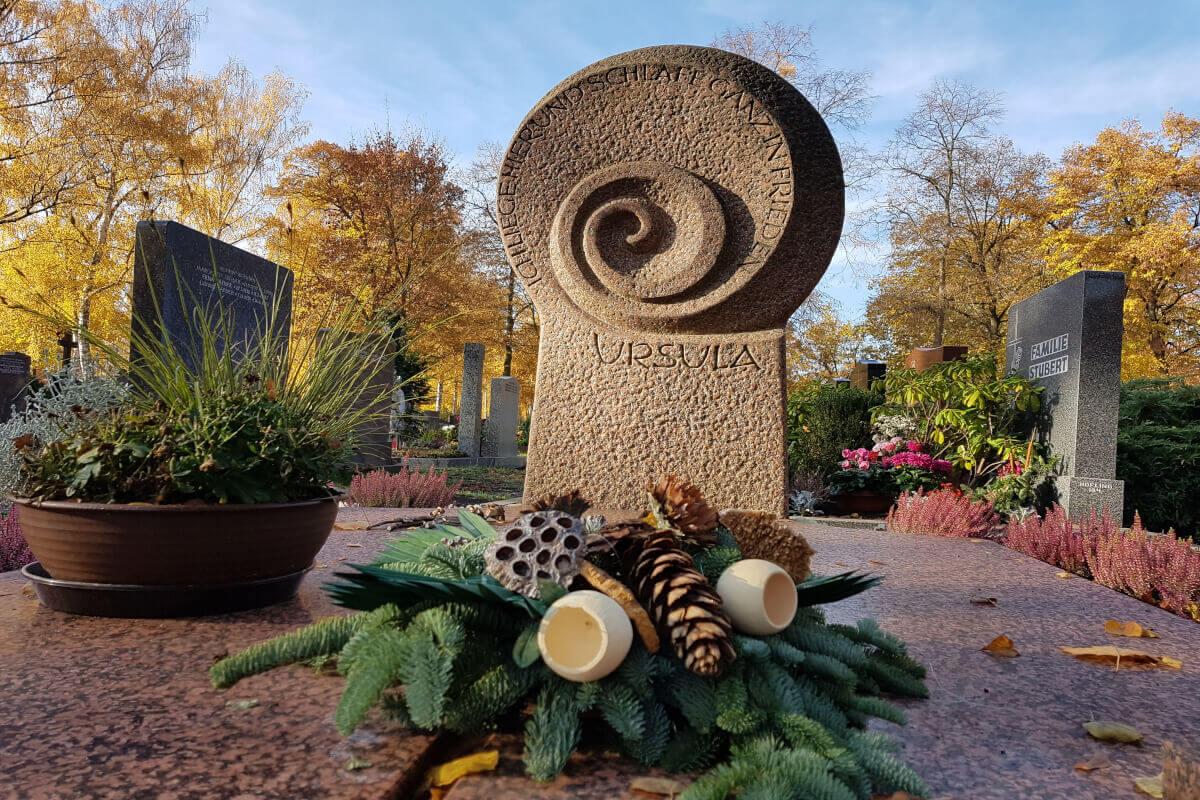 """Grab mit Inschrift """"Ich liege hier und schlafe ganz in Frieden"""""""