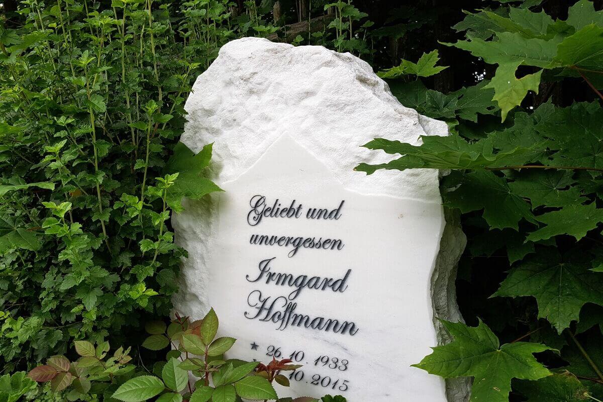 """""""Geliebt und unvergessen"""" als universeller Grabsteinspruch"""