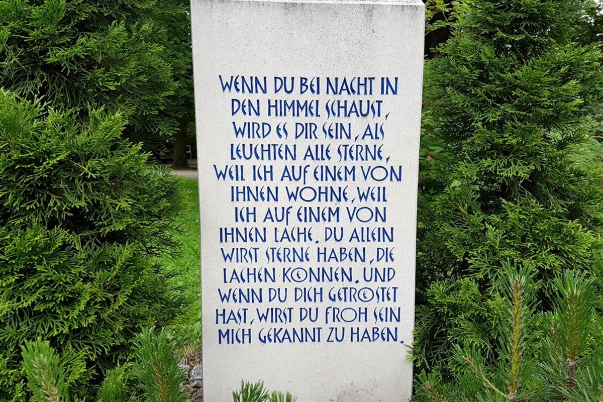 Lange Grabsteininschrift