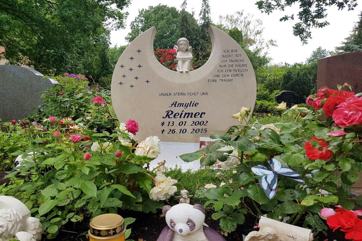Kindergrab mit Engelsfigur & Sternen ergänzend zum Grabsteinspruch