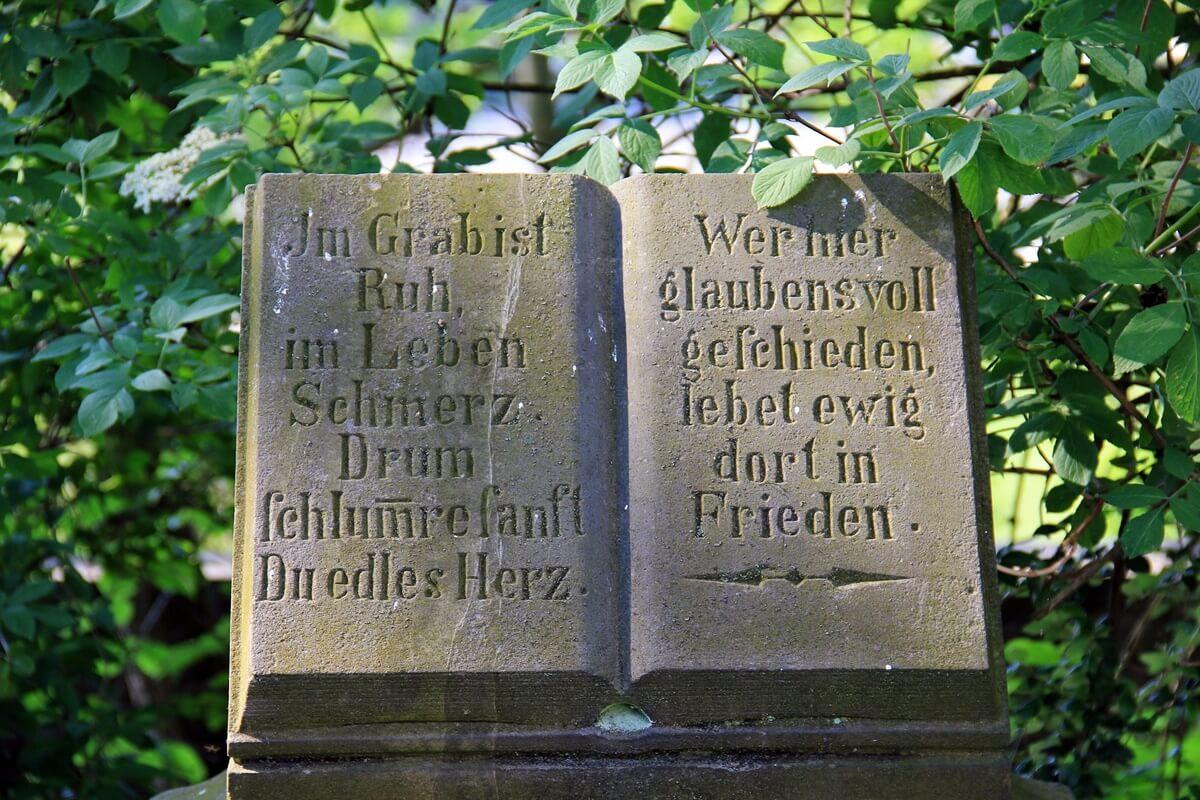 Alter Grabstein mit schönem Grabsteinspruch