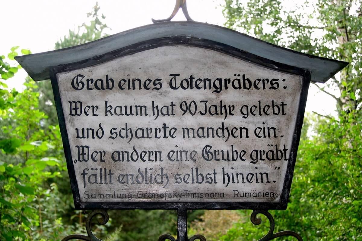 Grab eines Totengräbers mit humorvollem Grabsteinspruch