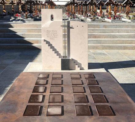 Saas-Balen Friedhof Gemeinschaftsgrab der Gemeinde mit geteiltem christlichen Grabstein