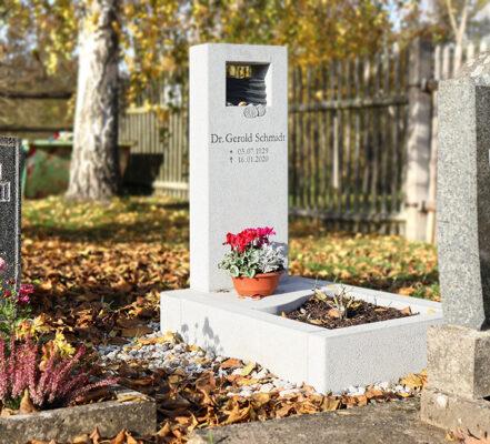 Kromsdorf Urnengrabstein mit Einfassung heller Granit Fam. Schmidt