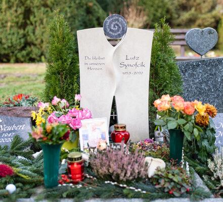 Berlin Friedhof Karow Urnengrabstein mit Strass-Sternen L. Synofcik